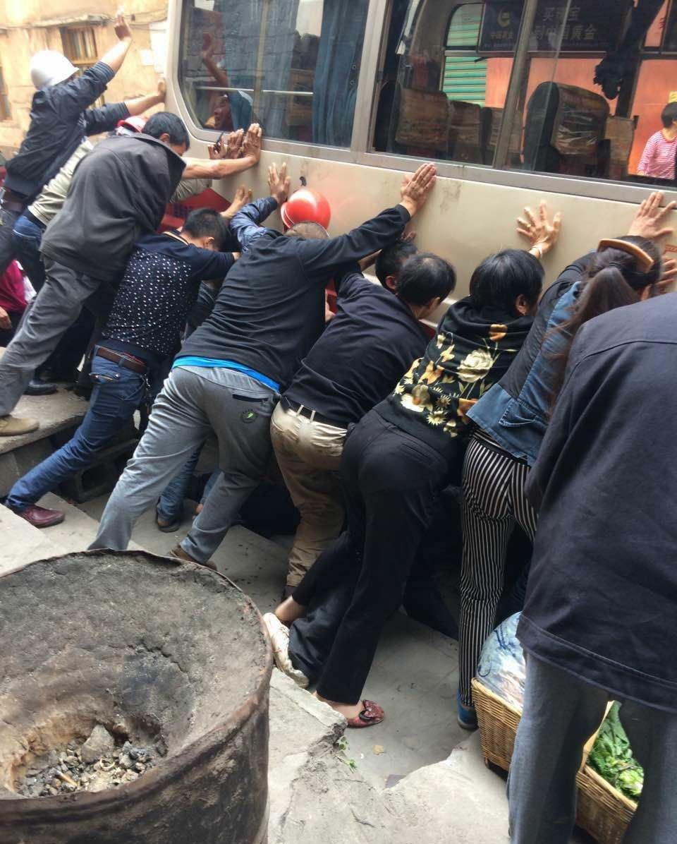 重庆市min抬车救老人 可xi没有螺xuanqian斤顶